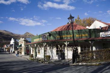 ARROWTOWN SOUTHERN LAKES SOUTH ISLAND NEW ZEALAND May The Arrowtown Bakery a popular cafe and the main street of this former gold rush town